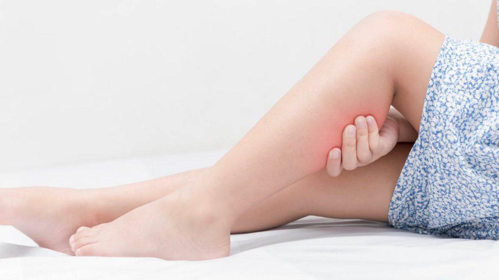 گرفتگی عضلات پا در شب معمولا رخ می دهند.