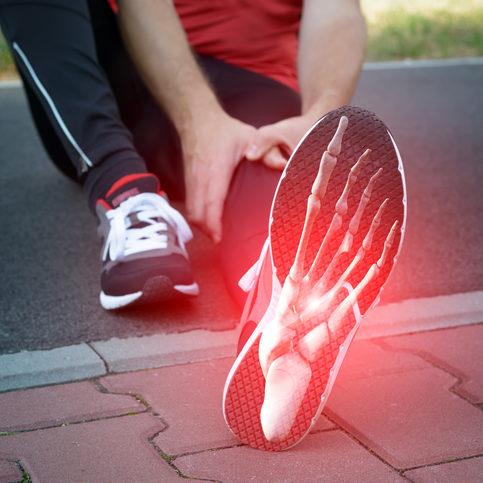 مردی دونده با تصویر دیجیتالی از استخوان پا