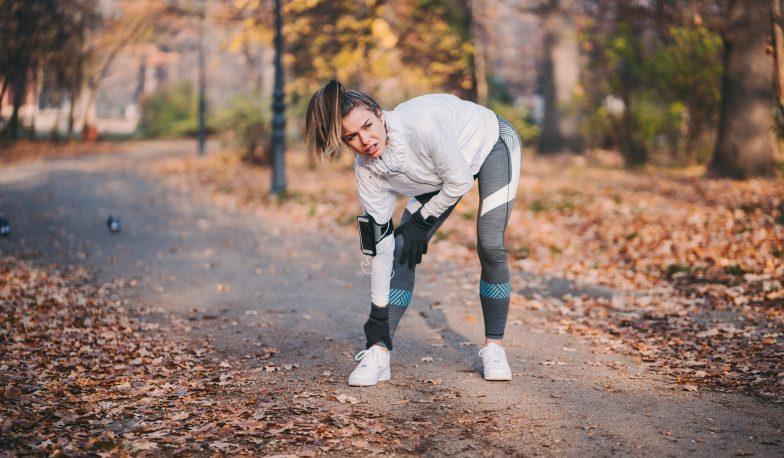 خانم دونده دچار درد پا شده است