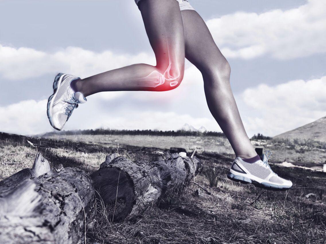 دونده در صخره با تصویر ایکس ری استخوان پا