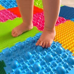 کودکی که بر روی مت مخصوص اصلاح صافی کف پا در کودکان راه میرود